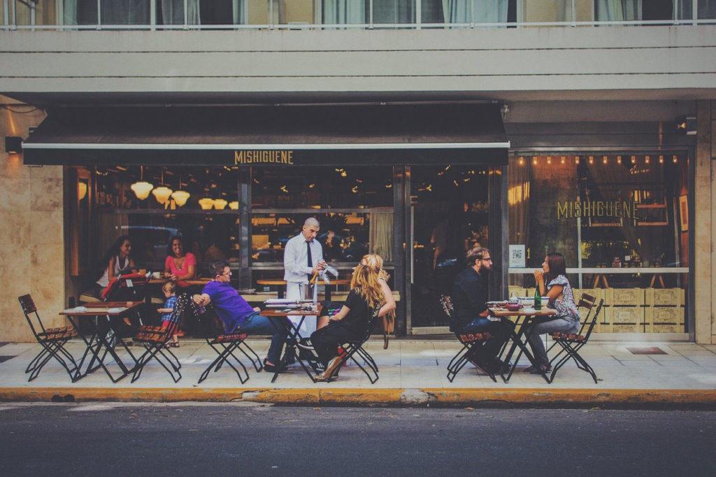 Bar mit Leuten - draussen
